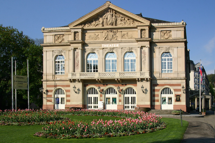schöne urlaubsziele in deutschland sehenswürdigkeit von baden baden das theater schöne architektur eine gebäude kunstwerk kunst blumen und garten vor dem gebäude