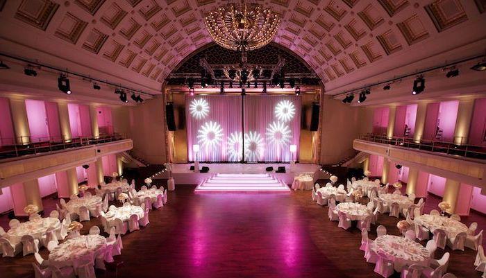 schöne urlaubsziele sall zum besuchen schöne architektur innendesign lila raum bühne tische veranstaltungen zum genießen