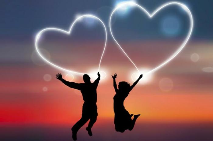 zwei Herzenforme in der Luft, Bilder zu Valentinestag, ein Paar hielt die Ballons