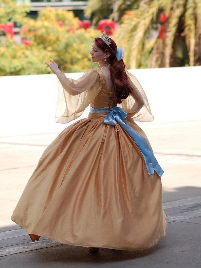 Anastasia Kostüm für Fasching, goldenes Ballkleid mit blauer Schleife, silberne Krone