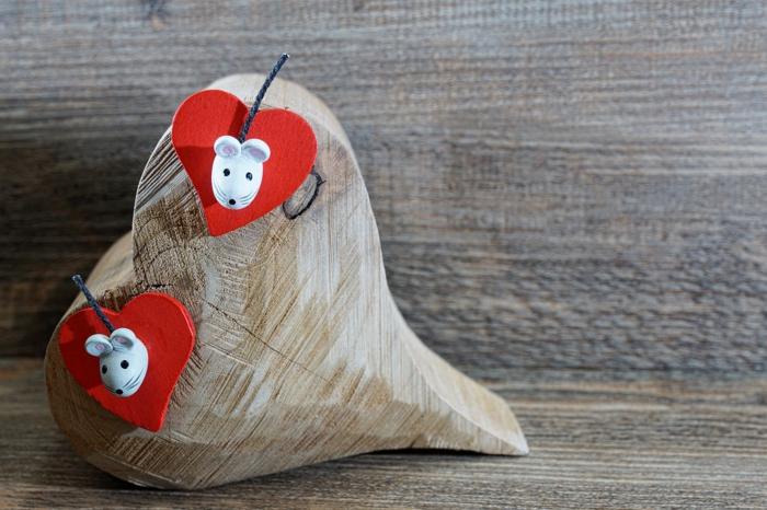 viele Herzenformen, Bilder zum Valentinestag - zwei Mäuse an zwei rote Herzen, ein Herz aus Holz
