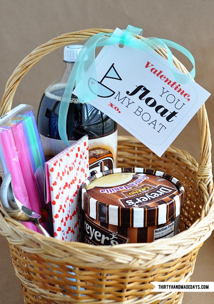 valentinstag geschenke selber machen ideen zum überraschen geschenkkorb mit süßigkeiten du bist mein schiff