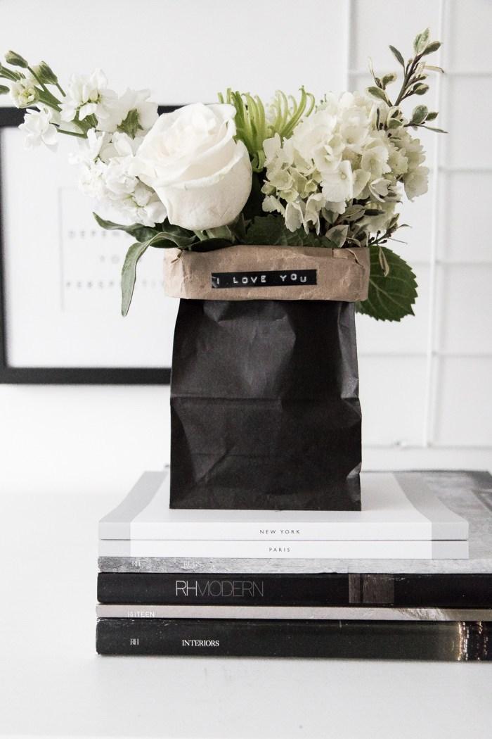 valentinstag geschenk mann schenkt der frau blumen eine klassische und besonders beliebte geste weiße rosen blumen in papierverpackung