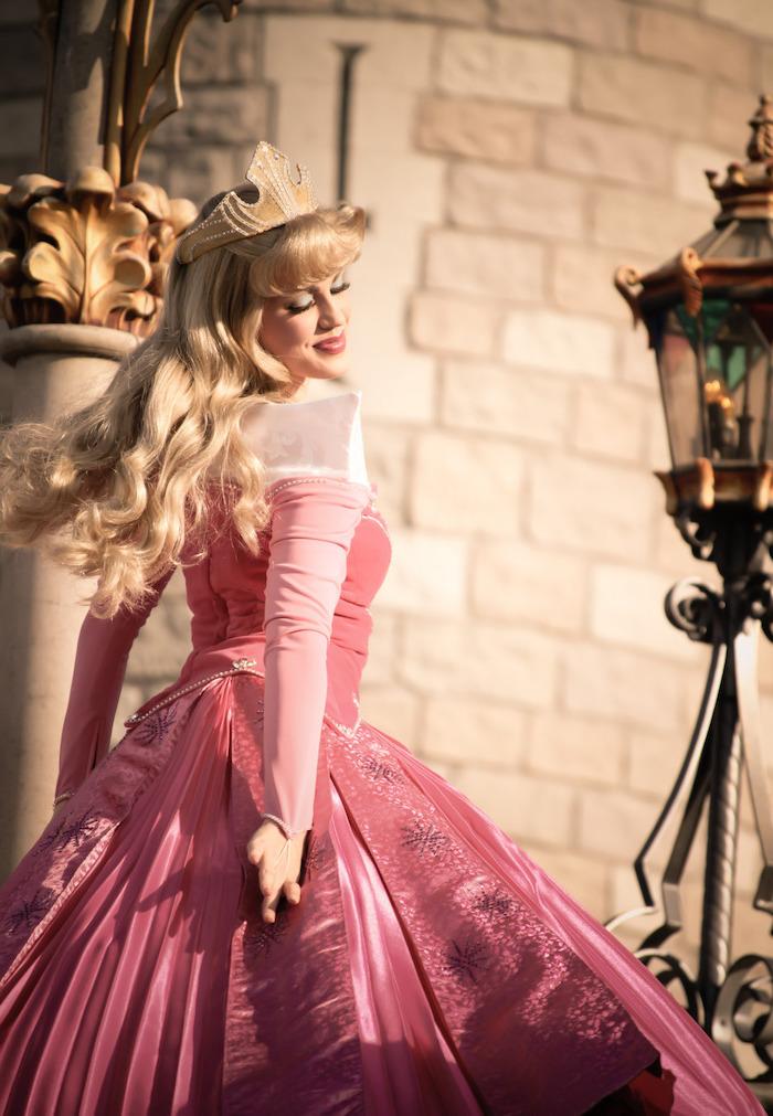 Dornröschen Kostüm für Fasching, rosafarbenes Ballkleid mit langen Ärmeln, goldene Krone