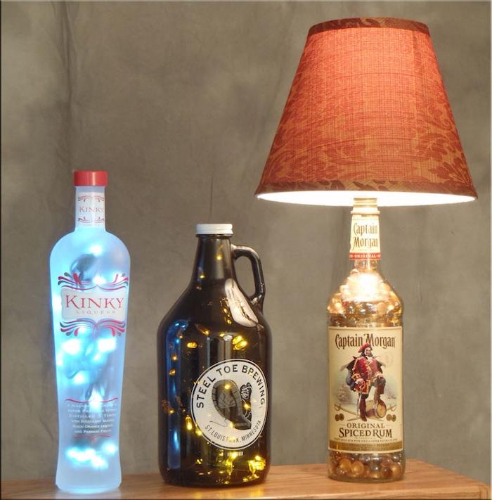 drei selstgemachte lampen aus glasflaschen - 4eine blaue flaschenlampe und eine große orange lampe aus flasche und ein tisch - schlafzimmer lampen