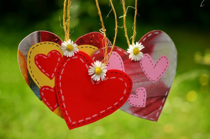drei Herzen, Bilder zum Valentinstag, hängende Dekorationen zum Valentinstag mit Blümchen