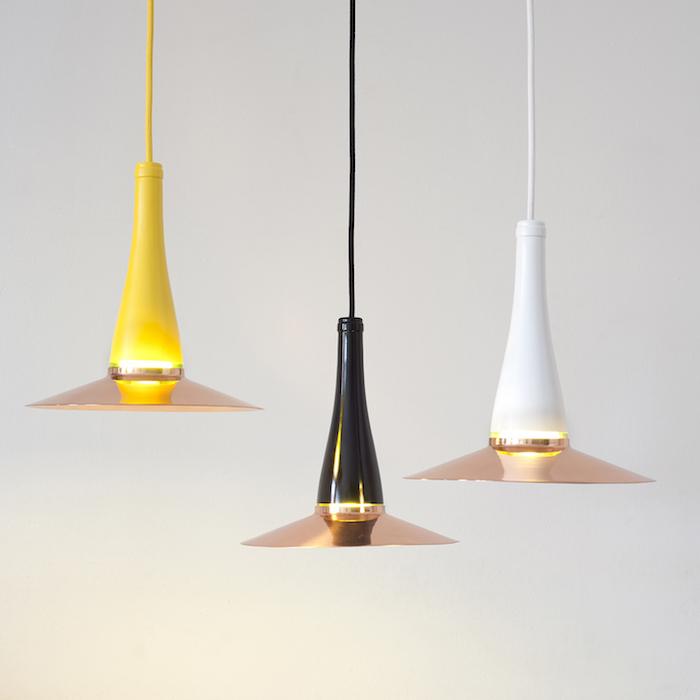 drei hängelampen aus gelben, schwarzen und weißen großen flaschen - flaschenlampe selber machen