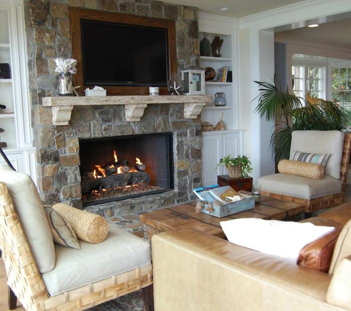 um den Kamin eine Steinwand Wohnzimmer, zwei Sessel und ein Sofa