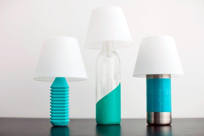 eine weiße wand und drei diy weiße lampen aus grünen flaschen - flaschenlampe selber bauen
