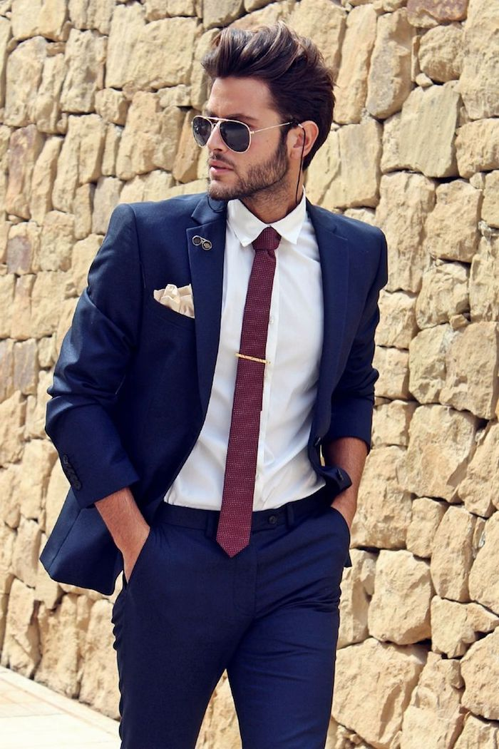 dunkelblauer anzug modernes outfit für businessmen idee rote krawatte sonnenbrille ray ban model