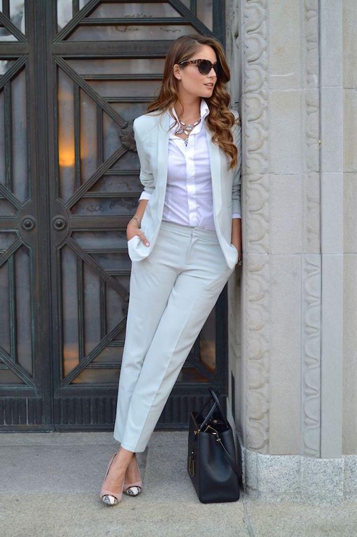 welcher anzug würden sie wählen dunkelblauer anzug oder hellgrauer ideen für stilvolle damen weißes hemd schwarze sonnenbrille