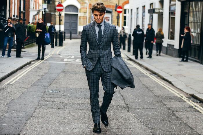 outfit graue hose kombiniert färblich mit sakko im selben print cooler männerstil ideen mann geht auf der straße spazieren