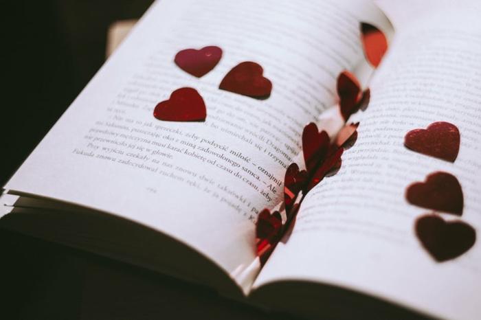 ein aufgeschlagenes Buch, Grüße zum Valentinstag, kleine Herzen zwischen den Seiten