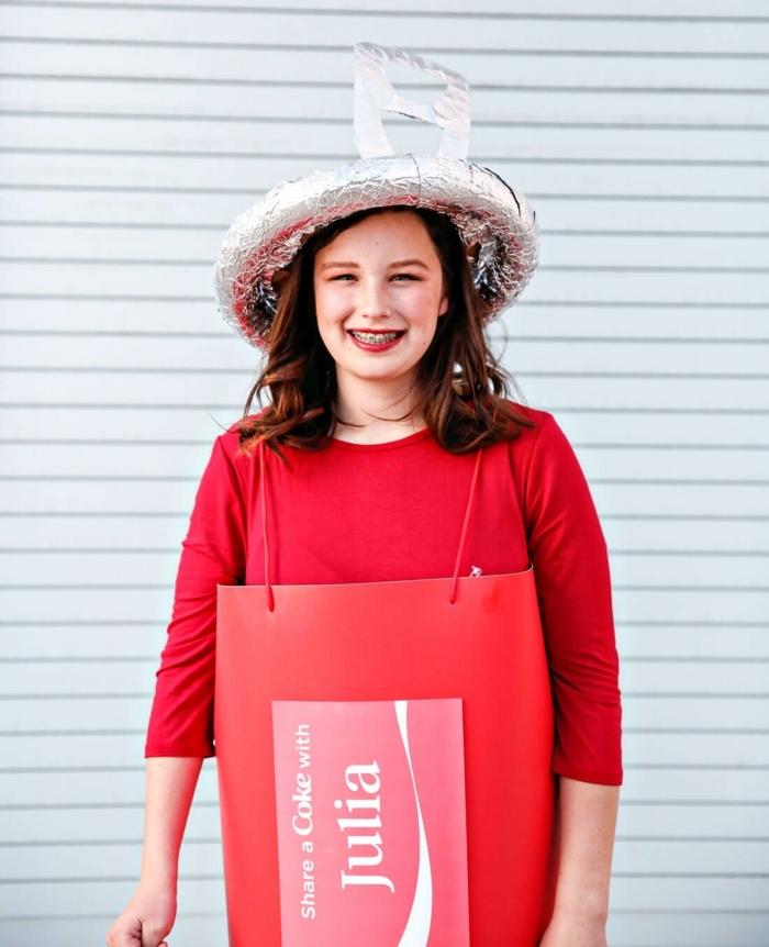 ein Teenager Mädchen mit rotem Kleid und Hut aus Folie stellt Coca Colla Dose dar - Last Minute Kostüm Fasching