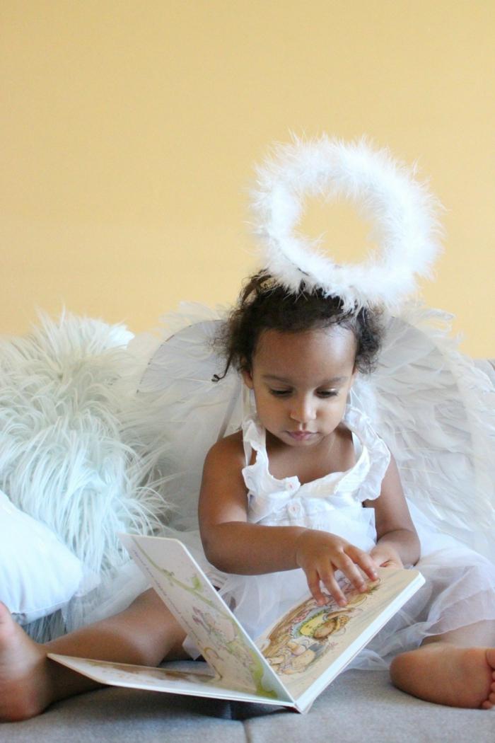 ein niedliches einfaches Kostüm von Engel für kleine Kinder mit Nimbus
