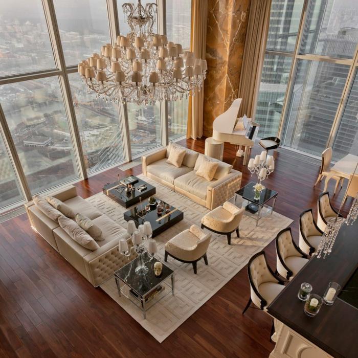 geräumiges Wohnzimmer mit Feng Shui Ordnung und eine Natursteinwand