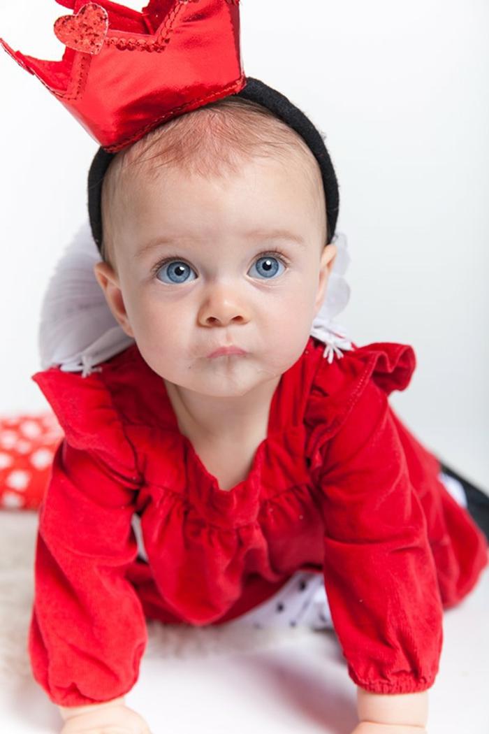 eine kleine Königin mit einem roten Kleid und kleine rote Krone - schnelles Kostüm für Babys