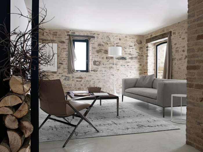 Naturstein Verblender ein kleines Wohnzimmer mit handbeschriebenen Teppich, sieht wie im Altbau aus