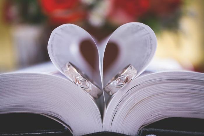 Liebesbilder für Sie - ein Herzchen aus Papierblätter - die Eheringe eines Paares