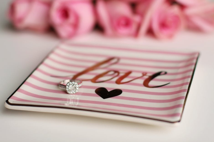wie einen Heiratsantrag zu machen - Liebesbilder für Sie - in einem liebevollen Teller, die Verlobungsring zu legen