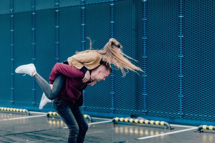 Liebesbilder für Sie - zwei Verliebte spielen auf der Straße und zeigen Ihre Zuneigung