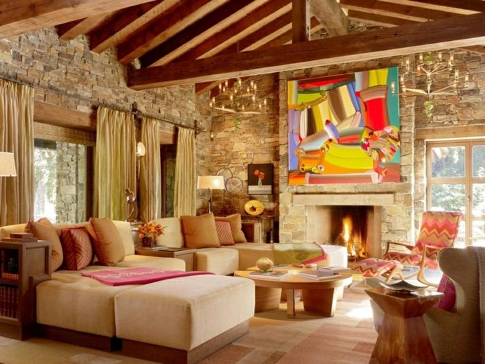 ein geräumiges Wohnzimmer mit drei Fenster. ein modernes Bild an der Wand