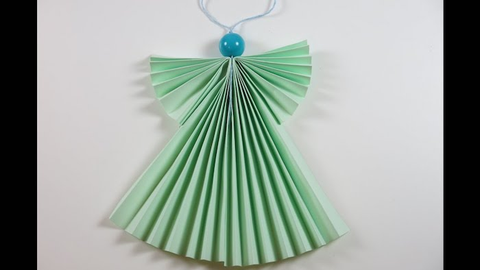 einen engel basteln mit kindern - ein grüner engel mit zwei grünen flügeln - engel basteln aus papier