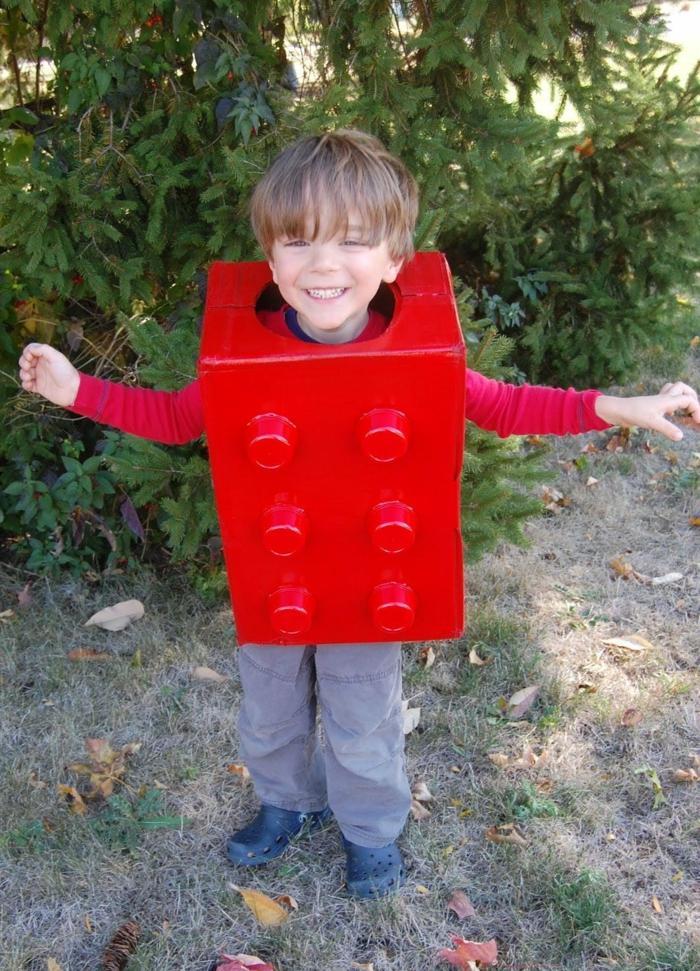 einfache Karnevalkostüme - ein Junge mit einem roten Kostüm von Legoteil