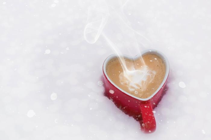 ein Valentinstag Frühstück - Kaffee im Schnee in Becher mit Herzenform - Liebesbilder für Sie