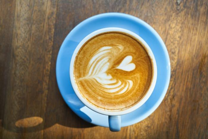 Morgenkaffee zum Valentinstag, Latte mit einem Herz, Liebesbilder für Sie
