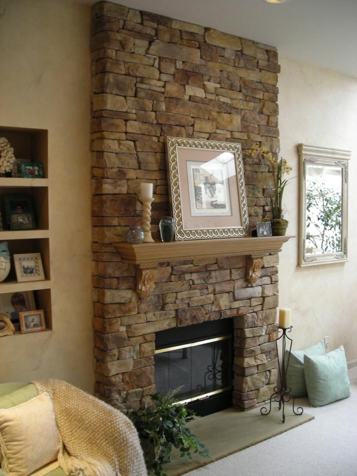 ein Kamin im Wohnzimmer mit Wandverkleidung Steinoptik, sonst rosa Wände