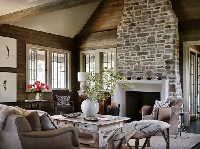 ein gemütliches Wohnzimmer mit einem hohen Kamin mit Naturstein Verblender