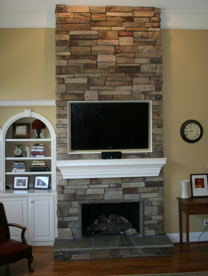 eine vintage Einrichtung im Kontrast zu dem neuen Fernseher Wandverkleidung Holzoptik