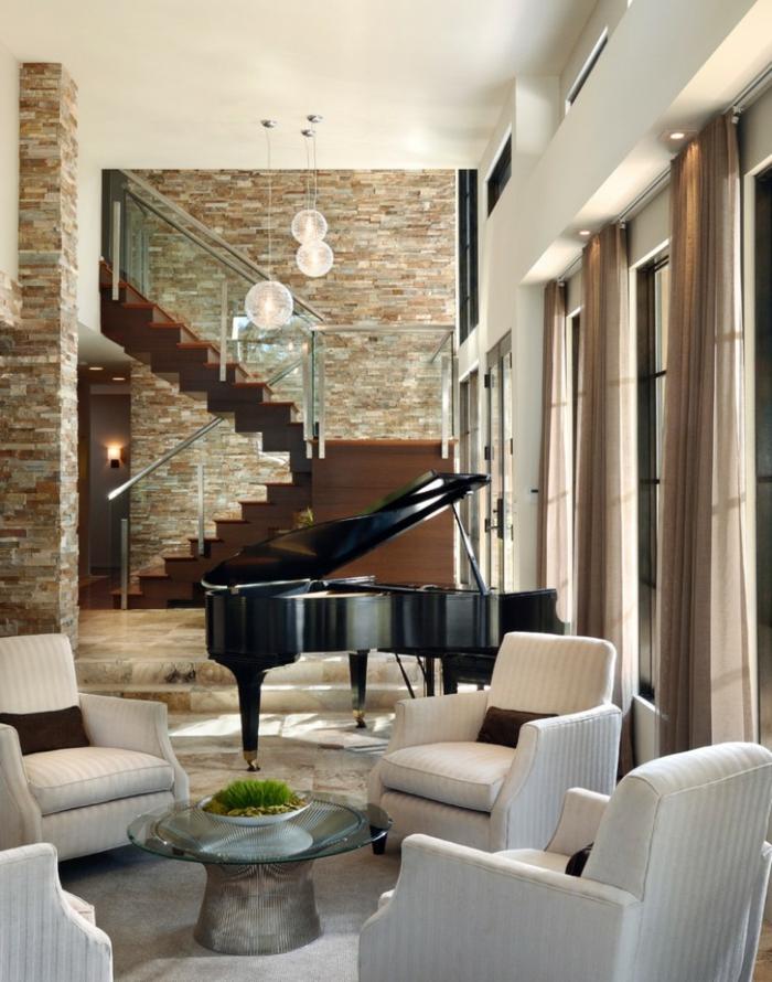 ein Wohnzimmer, das auch ein Musikzimmer ist, mit einem großen Klavier