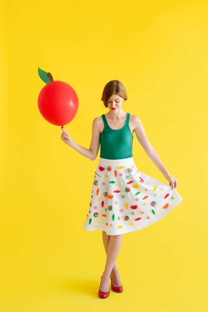 Kostüm von Frucht, einfache Karnevalkostüme - ein Kleid mit Muster von Früchten und ein Apfel Ballon