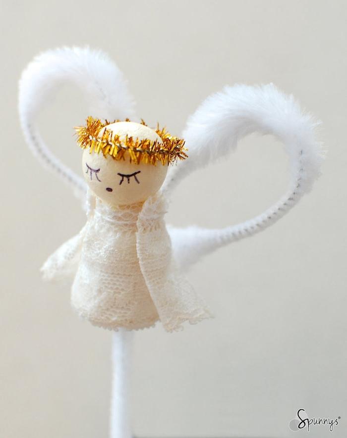 ein kleiner weißer engel mit weißen flügeln und schwarzen augen - engel selber basteln