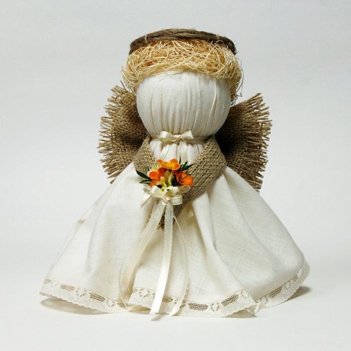 einen engel selber basteln - weißer engel mit einem weißen kleid und mit kleinen orangen blumen und einer schleife