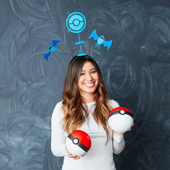 Pokemon Kostüm als einfache Karnevalkostüme mit zwei bemalten Pokeballe und eine Krone mit Pokemons