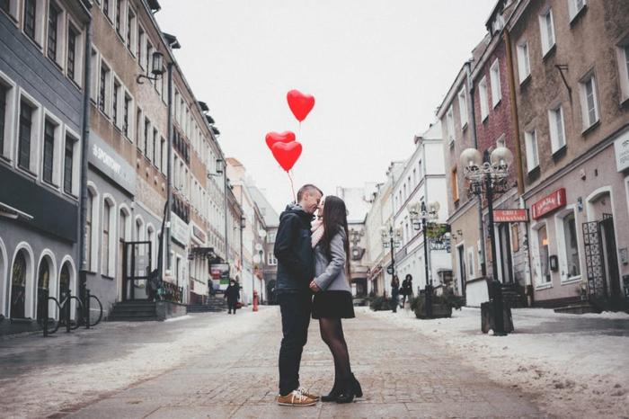 Bilder Romantik -zwei Verliebte am Valentinstag tragen drei Ballons