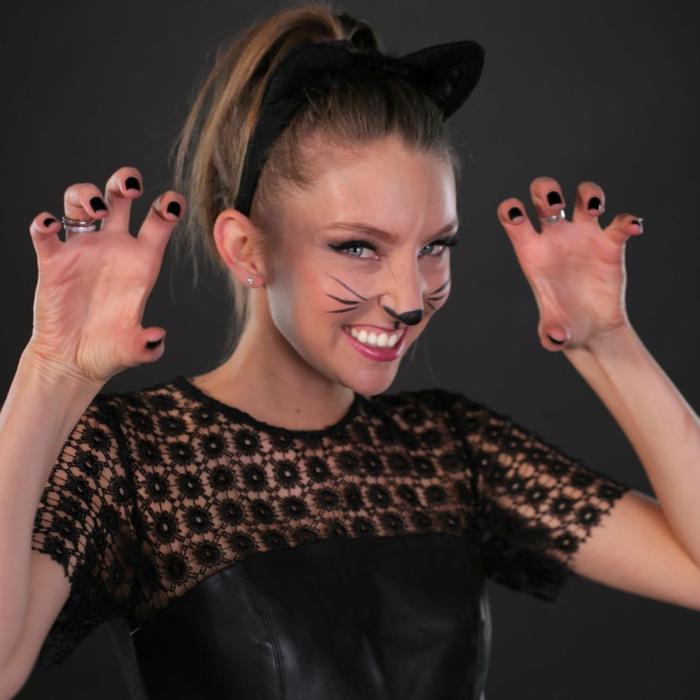 Katzenkostüm von schwarzer Katze, Kostüm eines jungen Mädchen, passende Schminke, Katzenohren und schwarze Bluse