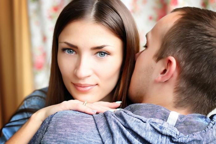 wir sehen das Gesicht eines Mädchens, das gerade geküsst wird - Bilder Romantik