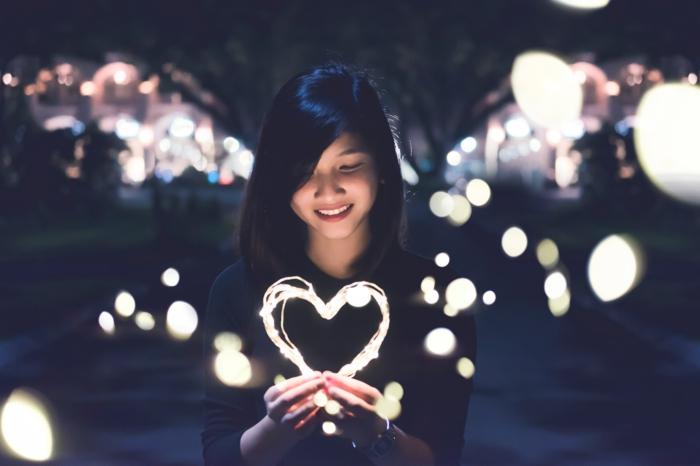ein nettes Mädchen trägt ein Herz als Valentinstag Überraschung - Bilder Romantik