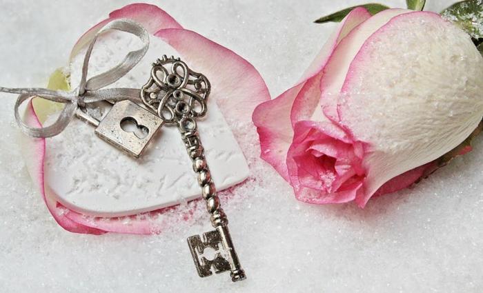 ein süßes Geschenk zum Valentinstag, Bilder Romantik, Rose, Herzchen und Schlüssel