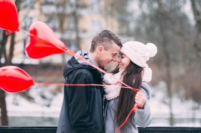 zwei Verliebte Bilder - zu Valentinstag hat er ihr drei Herzen Ballons geschenkt