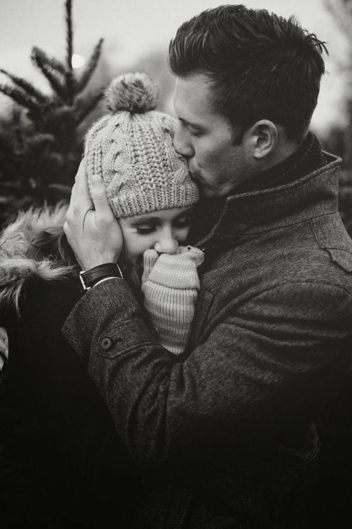 Kuschelbilder - ein warmes Kuss im kalten Wetter, Mädchen und Junge, die kuscheln