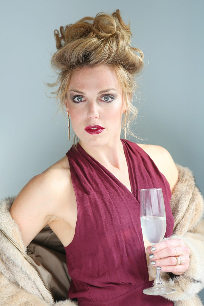 komplizierte Hochsteckfrisur, lange Ohrgehänge, rosa Kleidq Weinglas in der Hand - Last Minute Kostüm Fasching