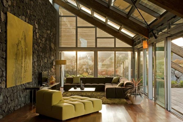 Haus mit Panorama, bequeme Wohnzimmermöbel, ein großes Bild an Natursteinwand