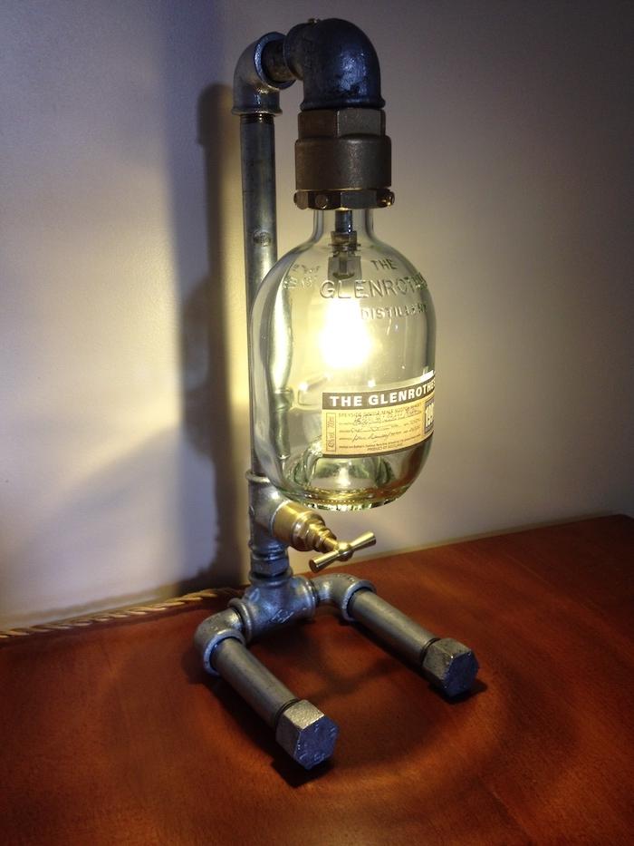 eine schlafzimmer lampe aus einem metallrohr und einer glasflasche - lampen und leuchten