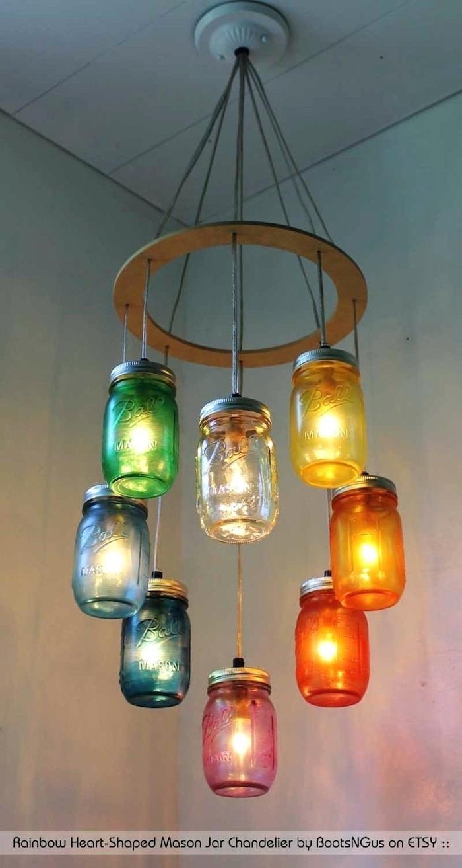 eine bunte hängelampe mit grünen, gelben, pinken, orangen und blauen gläsern -lampen aus flaschen selber machen