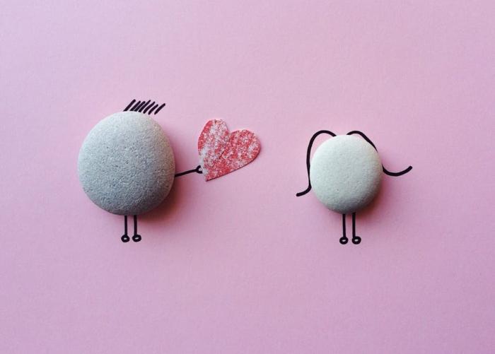 ein kleiner Stein gibt sein Herz zu seiner Freundin - Grüße zum Valentinstag